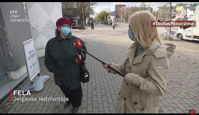 Sižeta veidotāju loma aprobežojas ar mikrofona turēšanu, ja kāds piekritis dalīties domās. LTV žurnāliste Vita Anstrate sarunājas ar Jelgavas iedzīvotāju.