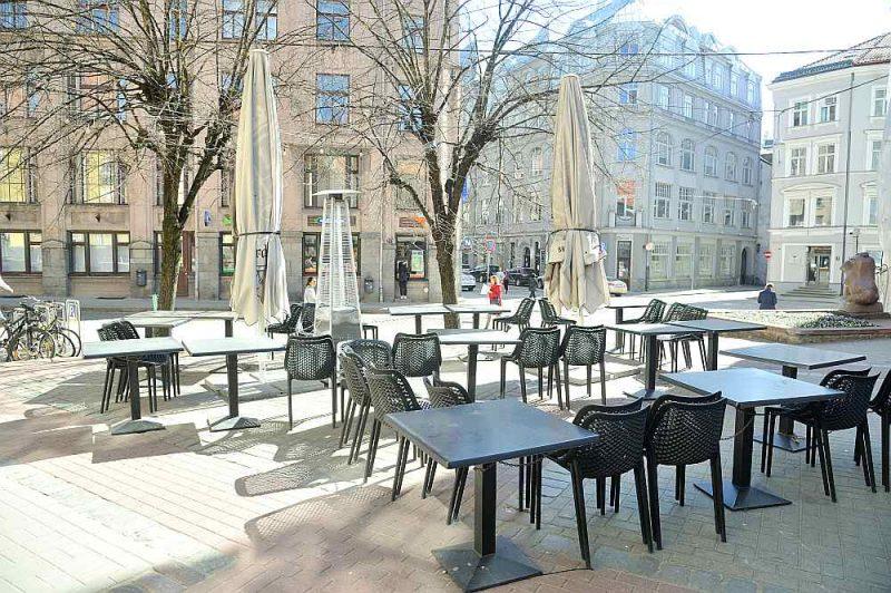 Kopš šodienas kafejnīcu un restorānu terašu apmeklētāji var baudīt maltīti ar apkalpošanu pie galdiņa.