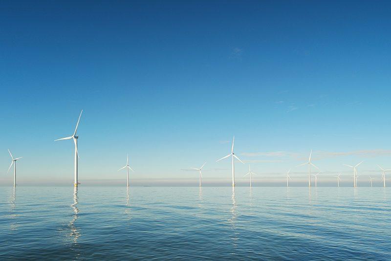 """Igaunijas energokompānija """"Eesti Energia"""" kopā ar Dānijas atjaunojamās enerģijas uzņēmumu """"Orsted"""" līdz 2030. gadam plāno Rīgas līcī izveidot pirmo atkrastes vēja parku """"Liivi""""."""