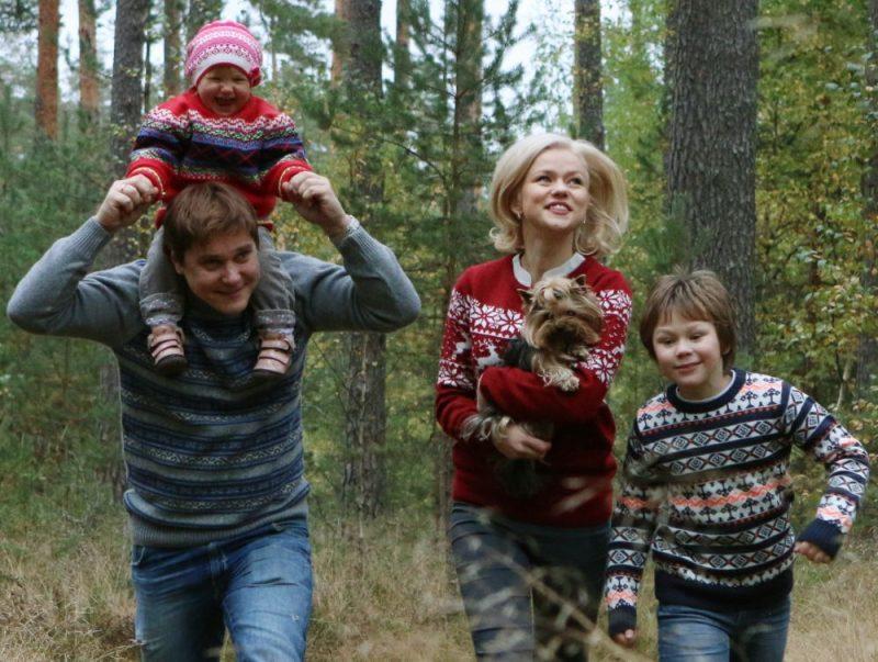 Dita Lūriņa un Mārtiņš Egliens ar ģimeni