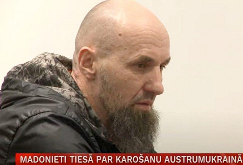 Ivars Kellijs tiesā noliedza vainu, bet par fotogrāfijām un video, kur viņš esot redzams, teica – tā persona esot līdzīga viņam, bet tas neesot viņš.