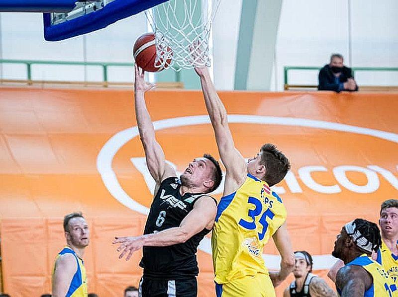 """Mārcis Vītols (ar bumbu) pagājušajā sezonā spēlēja """"Ventspilī"""", bet nu pēc Latvijas čempionu titula tiecas """"VEF Rīgas"""" sastāvā."""