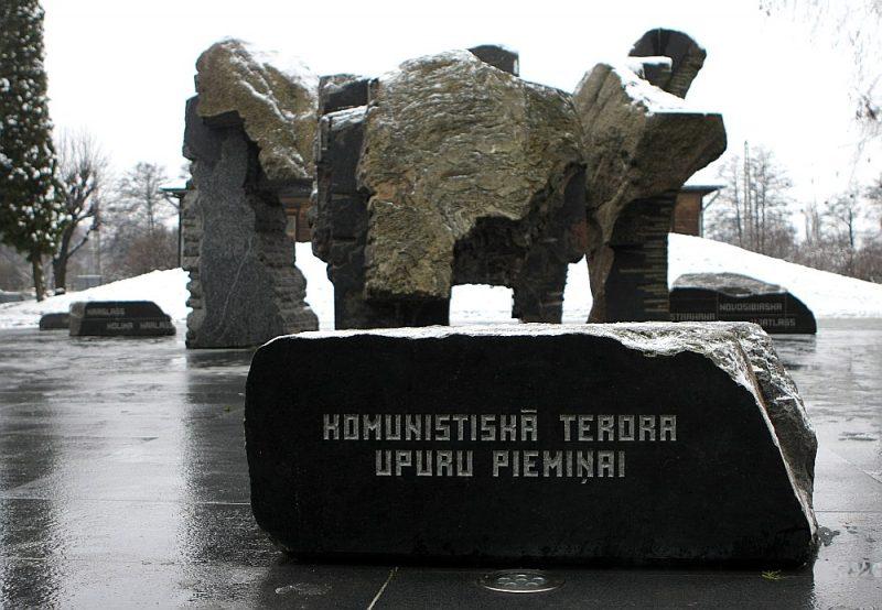 2001. gada 14. jūnijā atklātais memoriāls pie Torņakalna stacijas.
