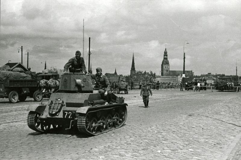 Vācijas armijas 291.kājnieku divīzijas karavīri pie pamesta padomju tanka  (iespējams bijušās Latvijas armijas vieglais tanks Vickers-Armstrong-Carden-Lloyd). 1941.gada jūlija sākums.
