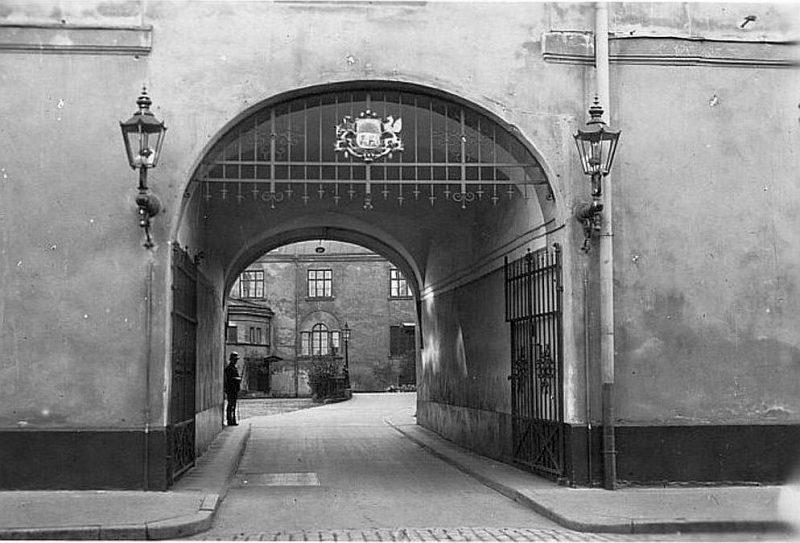 1923. gadā lielo valsts ģerboni uzstādīja Rīgas pils vārtos.