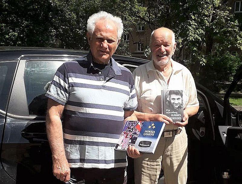Ēvalds Grabovskis (no labās) ar leģendāro žurnālistu Gunāru Jākobsonu.