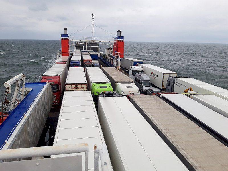 """Ar trosēm """"piesietā"""" kravas puspiekabe """"Stena Line"""" kuģa """"Urd"""" transporta klājā – arī kuģojot mierīgā jūrā, ikvienam transporta līdzeklim piemēro visstingrākos drošības pasākumus, kas beigās ietekmē arī visa kombinētā pakalpojuma cenu."""