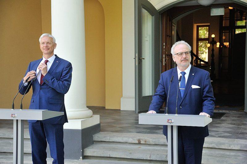 """Vakar no rīta Valsts prezidents Egils Levits (no labās) un Ministru prezidents Krišjānis Kariņš tikās Rīgas pilī un sarunu vienīgais temats esot bijis situācija koalīcijā. """"Koalīcija ir vienojusies, ka tā turpmāk savu darbību veiks kompaktākā formātā. Ceru un uzskatu, ka jaunā Ministru kabineta formācija būs spējīga turpināt darbu līdz nākamajām Saeimas vēlēšanām,"""" pēc tam preses konferencē sacīja Valsts prezidents. Viņa vērtējumā – ja neradīšoties kāda īpaša krīze, Ministru kabinets strādās līdz parlamenta vēlēšanām."""