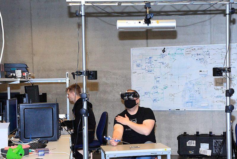 """3D papildinātās realitātes galvas displeja izmēģinājumi """"Lightspace Technologies"""" laboratorijā. Pavisam pie produkta izpētes un virzības strādā 35 darbinieki."""