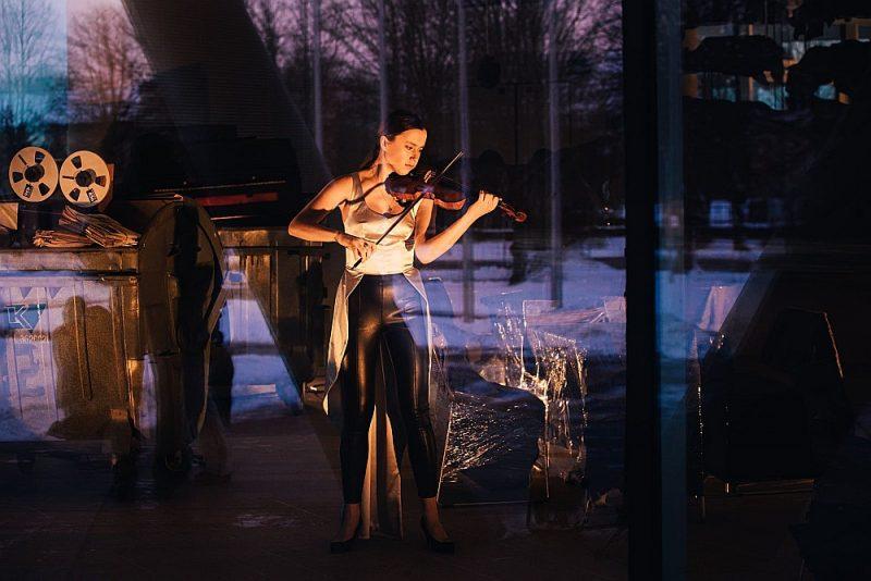 """Telpa gaidīšanai – performance """"Nekas nav drošs, kad tevis nav"""" Ventspils koncertzālē """"Latvija""""."""