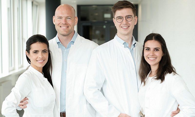 """Attālinātās dermatoloģijas uzņēmuma """"Dermanostic"""" dibinātāji ārsti Estefānija Langa (no kreisās), Patriks Langs, Ole Martins (uzņēmuma vadītājs) un Alīsija Martina."""