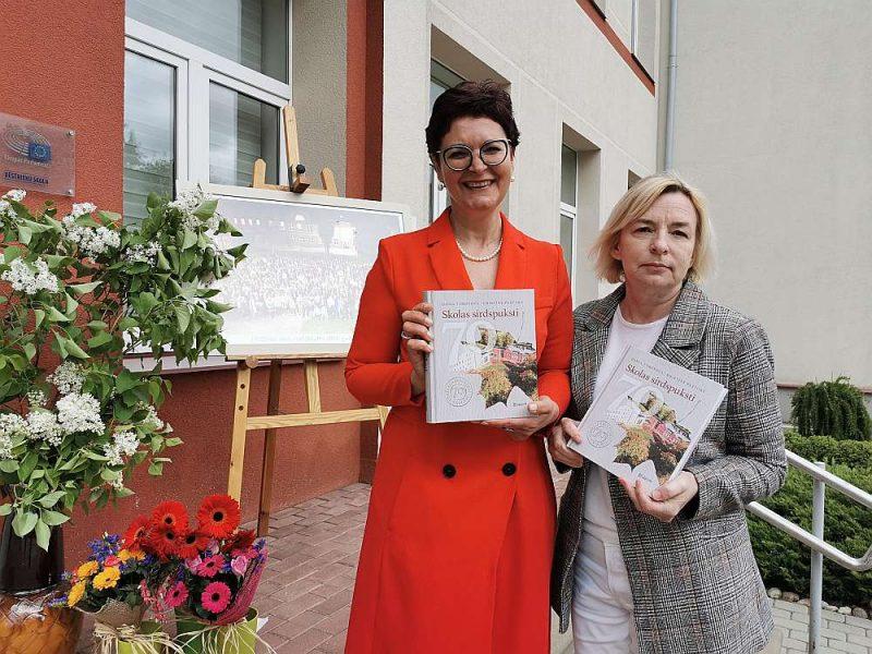 """Grāmatas """"Skolas sirdspuksti"""" autores Kristīne Pastore (no kreisās) un Ilona Toropova."""