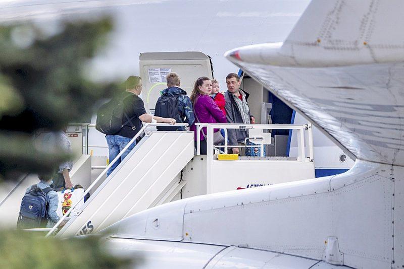 Izraidītie diplomāti no Krievijas vēstniecības Čehijā un viņu ģimenes locekļi Prāgas lidostā 31. maijā iekāpj speciālajā Krievijas valdības lidmašīnā, lai dotos uz Maskavu.