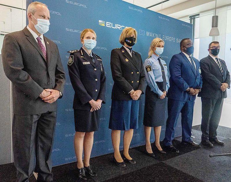 """ASV Narkotiku apkarošanas pārvaldes, Austrālijas, Nīderlandes, Zviedrijas policijas, ASV FIB un """"Europol"""" pārstāvji vakar kopējā preses konferencē Hāgā."""