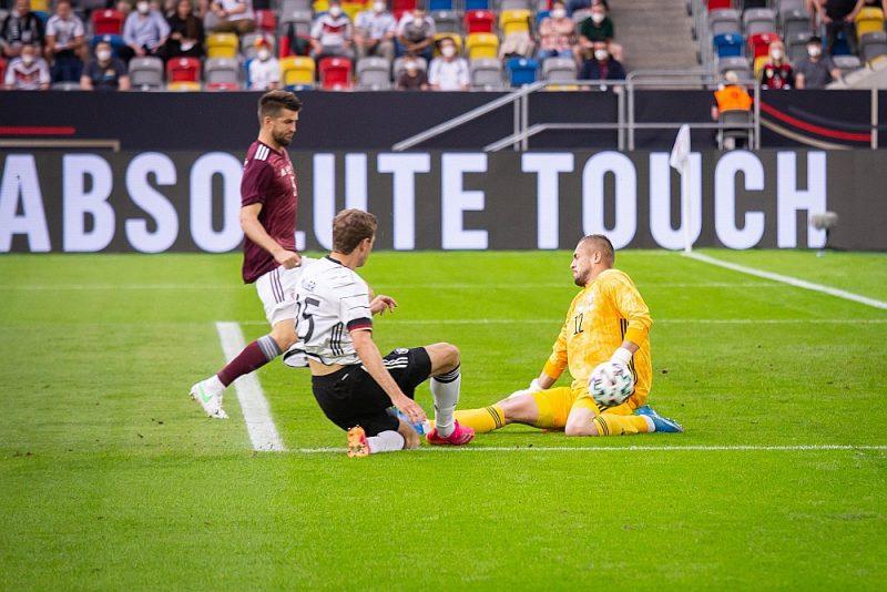 Latvijas izlases vārtsargam Robertam Ozolam nācās demonstrēt meistarību jau spēles pirmajā minūtē, kad labā pozīcijā soda laukumā bumbu saņēma Tomass Millers.