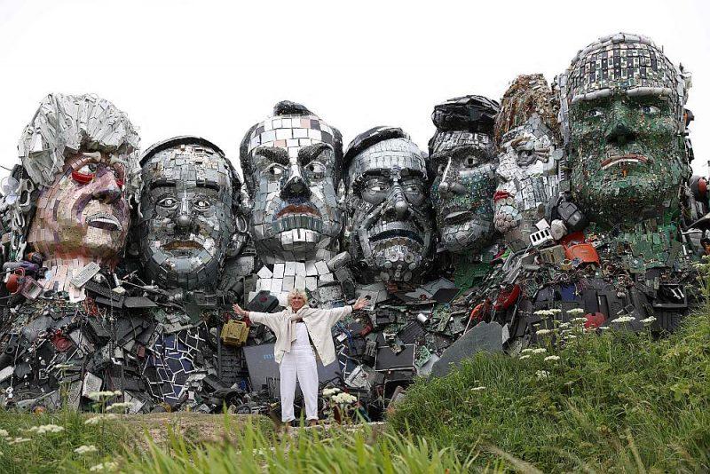 Kornvolas pludmalē netālu no G7 līderu tikšanās vietas Karbisbejā izveidotas milzīgas skulptūras, kas no tālienes atgādina skulptūru grupu Rašmora kalnā Dienviddakotas štatā, ASV. Atgādinot par klimata pārmaiņām un vides aizsardzību, G7 samita dalībnieku skulptūras ir veidotas no metāla un elektronikas lūžņiem. G7 dalībnieki skulptora Džo Raša atveidojumā (no kreisās): Britānijas premjerministrs Boriss Džonsons, Japānas premjerministrs Jošihide Suga, Francijas prezidents Emanuels Makrons, Itālijas premjerministrs Mario Dragi, Kanādas premjerministrs Džastins Trudo, Vācijas kanclere Angela Merkele un ASV prezidents Džo Baidens.