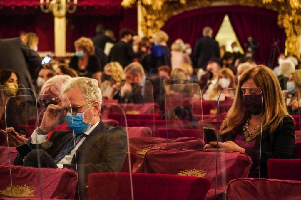 Cilvēki apmeklē operu Itālijā.