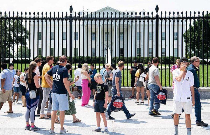 Tūristi pie Baltā nama Vašingtonā. Pēc ASV Tūrisma asociācijas aprēķiniem, liedzot ceļotāju plūsmu no Eiropas un Kanādas, ASV nedēļā zaudē 1,5 miljardus dolāru.