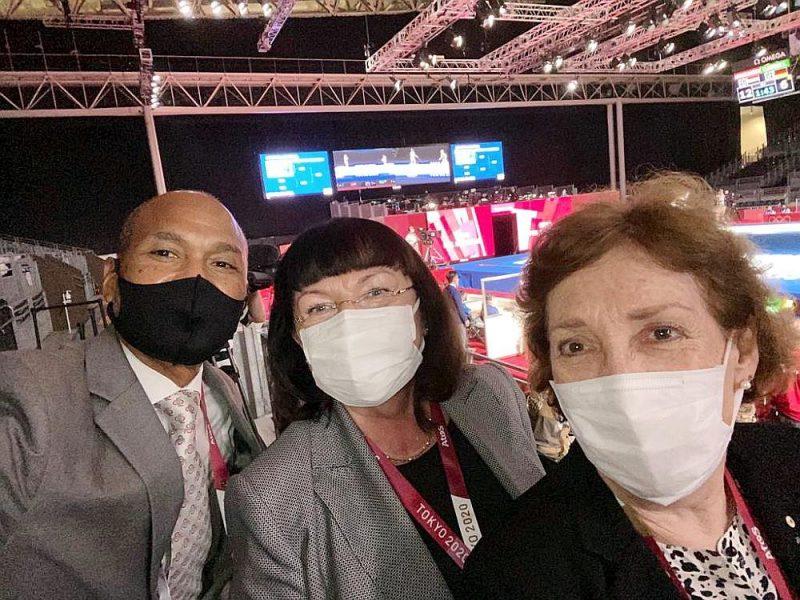 Ērika Āze (vidū) Tokijā kopā ar FIE viceprezidentu Donaldu Entoniju un FIE Okeānijas prezidenti Helenu Smitu.