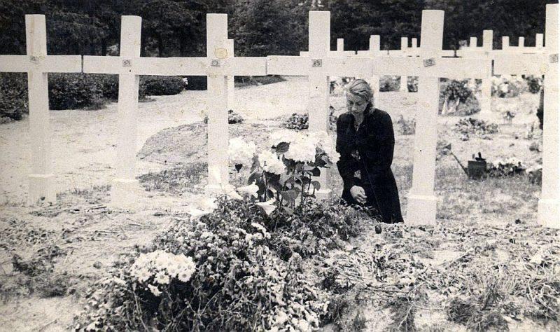 Baltais krusts Nr. 85. Olga Paulīne Lēvena pie čekas noslepkavotā sava vīra Evalda kapa.
