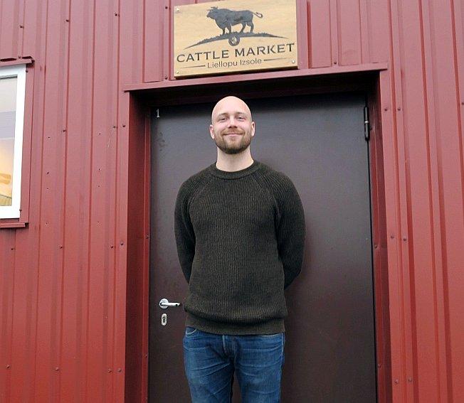 """""""Cattle Market"""" toreizējais vadītājs Dāvis Krēziņš bija aizņēmies naudu no Turcijas uzņēmējam Aidinam Bozkurtam piederošās SIA """"Eurasia"""", lai ieguldītu """"Cattle Market"""". Fotografēts 2018. gada novembrī Jaunlutriņos, kad tur """"Cattle Market"""" rīkoja vairāksolīšanas tiešsaistē. Tur šis uzņēmums vairs nav atrodams."""