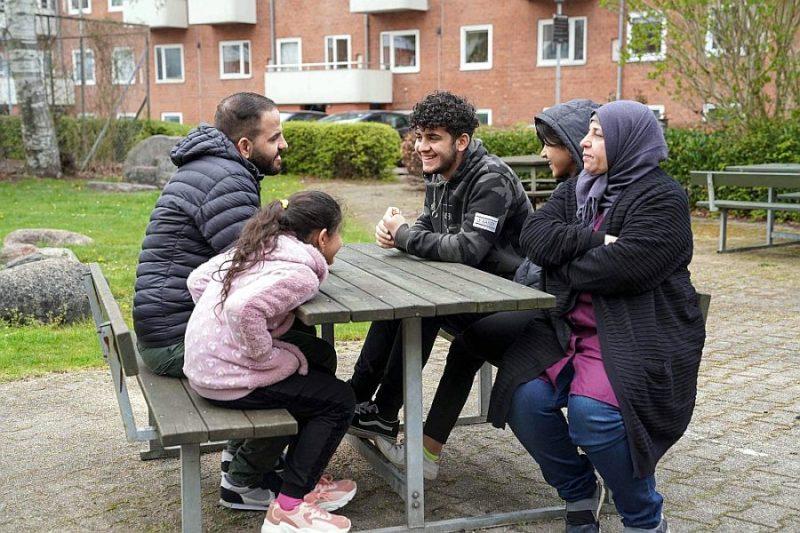 Sabrija al-Fajāda un viņas ģimene 5. maijā uz soliņa Vejlē, Dānijā. Sīrijas konflikta dēļ viņa aizbēga no mājām un apmetās Dānijā, bet marta beigās viņas uzturēšanās dokumenti un abu jauno meitu dokumenti tika atsaukti. 2020. gada vidū Dānijā nolēma atkārtoti izskatīt aptuveni 500 sīriešu lietu. Viņi visi ir no Damaskas, un Dānijas valdība uzskata, ka situācija Damaskā vairs nav tāda, lai attaisnotu uzturēšanās atļaujas pagarināšanu.