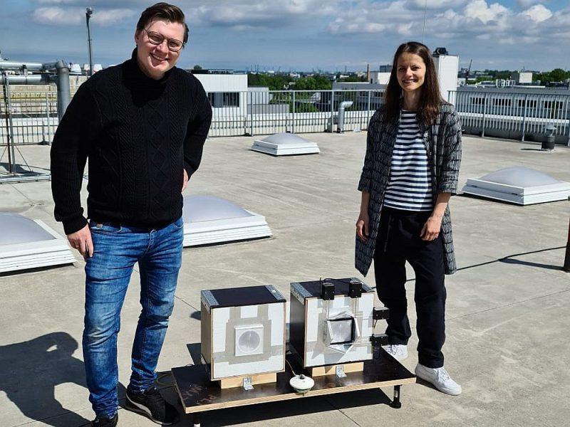 Vides aizsardzības un siltuma sistēmu institūta vadošā pētniece Ruta Vanaga un vides inženierzinātņu students Jānis Narbuts ar viedās fasādes sistēmas modeli.