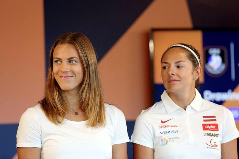 Tīna Graudiņa (no kreisās) un Anastasija Kravčenoka.