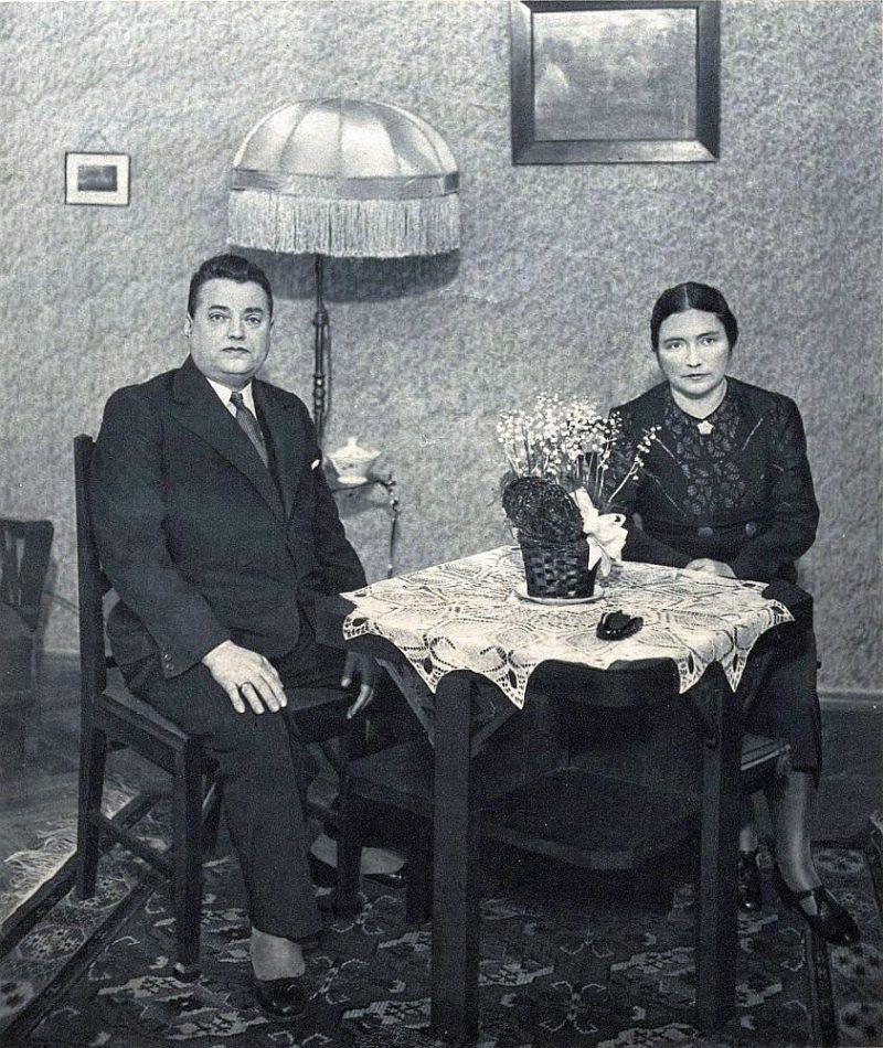 Instrukcijas prasīja, lai viss deportējamā īpašums tiktu sadalīts trīs kategorijās. Jurists, dzīvokļu īres normu inspektors Artūrs Kāposts (1888–1941) ar kundzi Martu savā dzīvoklī 1939. gadā.