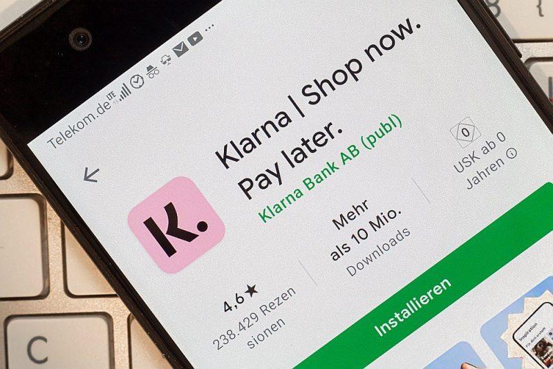 """""""Klarna"""" lietotne reklamē: nopērc tagad, samaksā vēlāk. Izrādās, ka preci var saņemt viens, bet tā vēlāk jāapmaksā citam."""