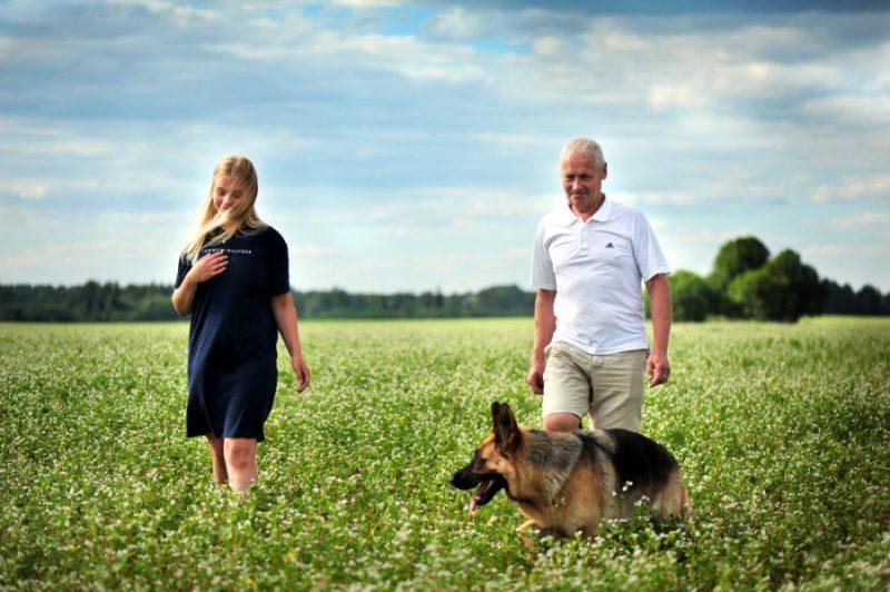 Naukšēnos griķu laukos var droši iebrist un taisīt skaistas bildes! Attēlā: Kaspars Kļaviņš ar meitu Elfu Diānu un suni Darku.
