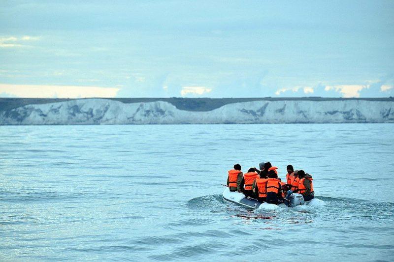Kārtējā nelegālo migrantu laiva pēc Lamanša kanāla šķērsošanas tuvojas Britānijas piekrastei.