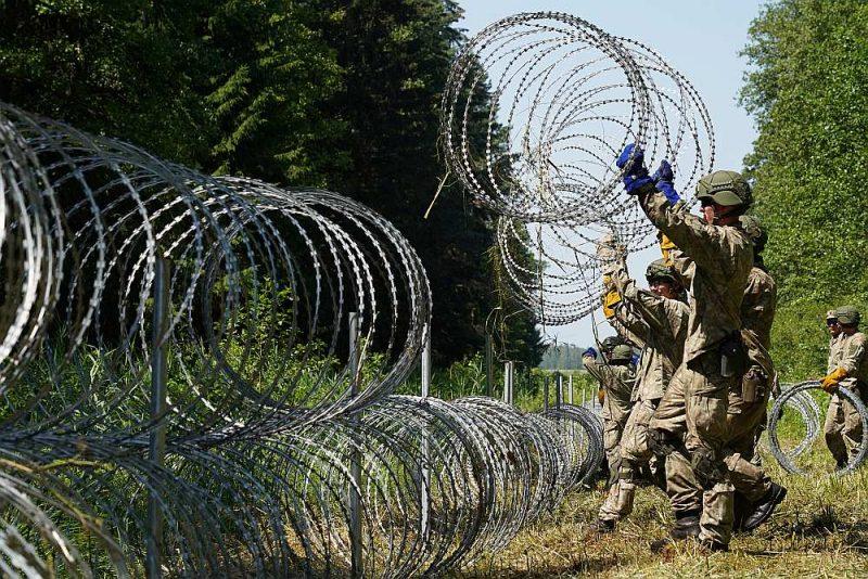 Lietuvas armijas karavīri uzstāda dzeloņstiepļu žogu uz robežas ar Baltkrieviju pie Druskininkiem.
