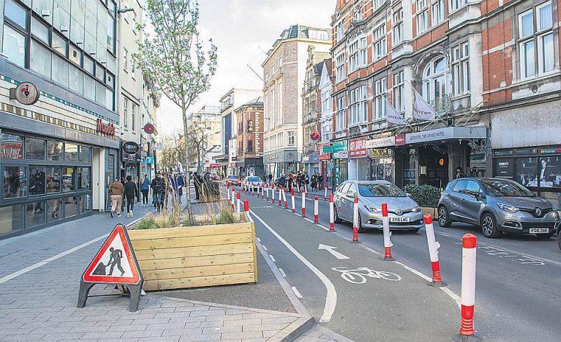 Šādi norobežotas velojoslas Anglijas ielās radījušas lielas diskusijas.