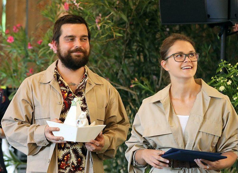 """Teātra trupas """"Kvadrifrons"""" aktieri Klāvs Mellis un Ance Strazda ir atbildīgi par """"Starptautiskās Jāņa Baltvilka balvas 2021"""" ceremonijas vadību un dramaturģiju."""