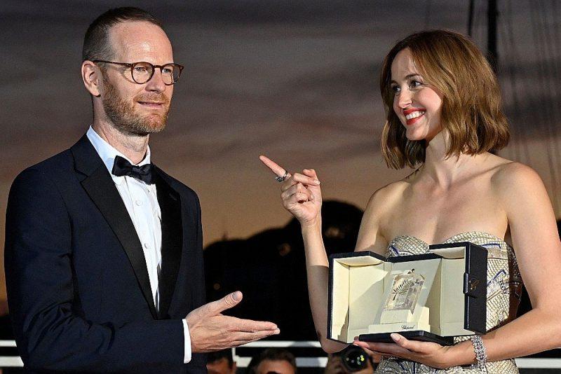 """Labākās aktrises balva Kannu kinofestivālā tikusi norvēģu aktrisei Renātei Reinsvei par veikumu filmā """"Sliktākais cilvēks pasaulē"""" (""""Worst Person in the World""""). Attēlā aktrise un filmas režisors Joahims Trīrs."""