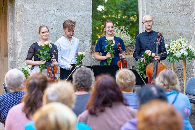 """Ar Baha, Dvoržāka un Čaikovska mūziku koncertā Dienvidkurzemes festivālā """"Rimbenieks"""" klausītājus priecēja Liepājas Simfoniskā orķestra mūziķi."""
