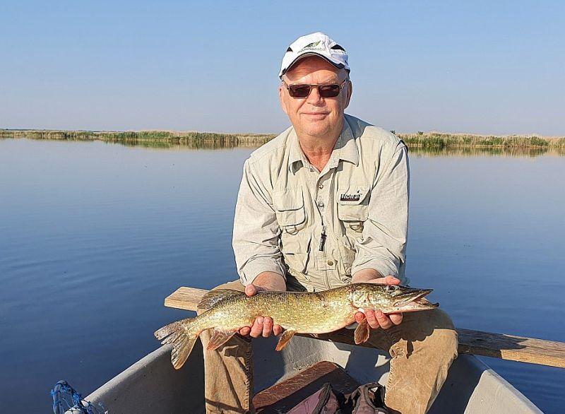 Aldis Sāvičs ar 2,5 kg smago līdaku Engures ezerā.