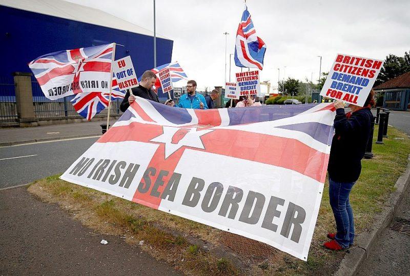 Lojālisti 3. jūlijā Belfāstas ostā protestē pret breksita vienošanās Ziemeļīrijas protokolu.