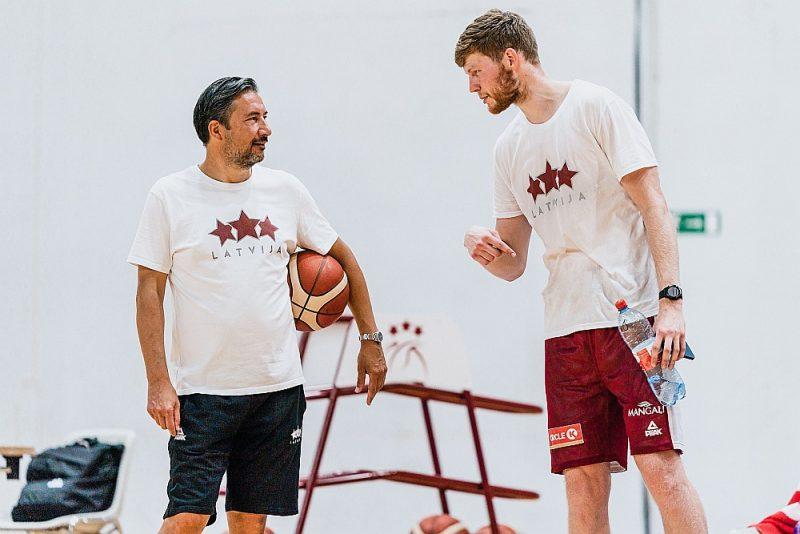 Dāvis Bertāns (pa labi) pagaidām uz savas ādas vēl nav izbaudījis izlases galvenā trenera Lukas Banki darba metodes.