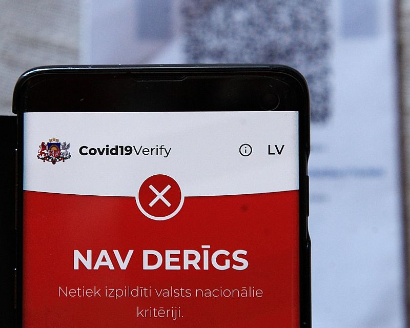 """Ja sertifikāts nav derīgs, ekrāns kļūst sarkans un parādās uzraksts """"Nav derīgs. Netiek izpildīti valsts nacionālie kritēriji""""."""