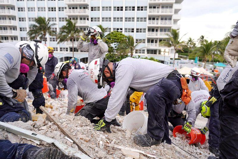 Glābēji katastrofas vietā strādā dienu un nakti, taču cerības atrast izdzīvojušos ir niecīgas.