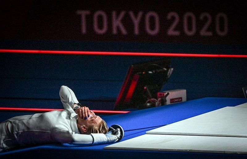 Katrina Lehisa priecājas pēc olimpiskās medaļas izcīnīšanas.