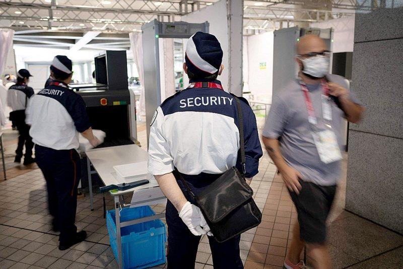 Drošības kontrole pie ieejas olimpisko spēļu preses centrā Tokijā.