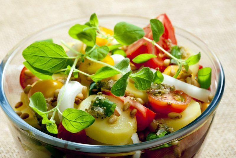 Salāti ar jaunajiem kartupeļiem.