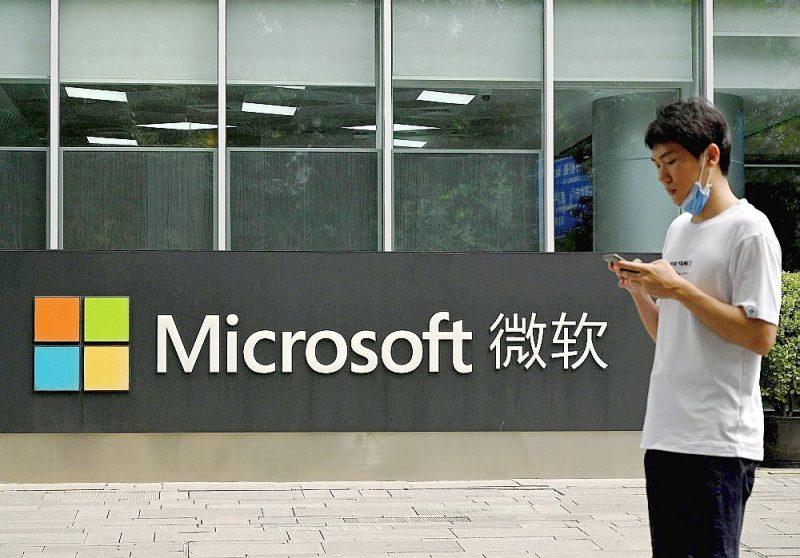 """Rietumvalstis līdz šim nepieredzētā vienotībā vērsušās pret Ķīnas valdības atbalstīto kiberspiegošanas praksi. Aina pie """"Microsoft"""" Pekinas biroja."""