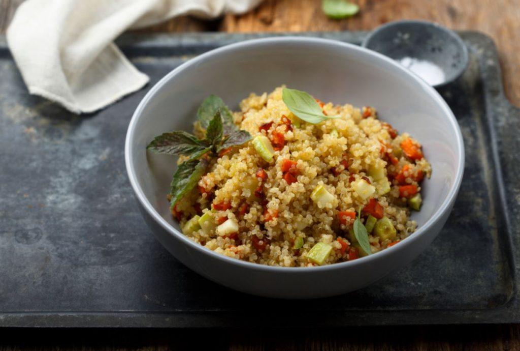 Siltie kvinojas salāti ar dārzeņiem.