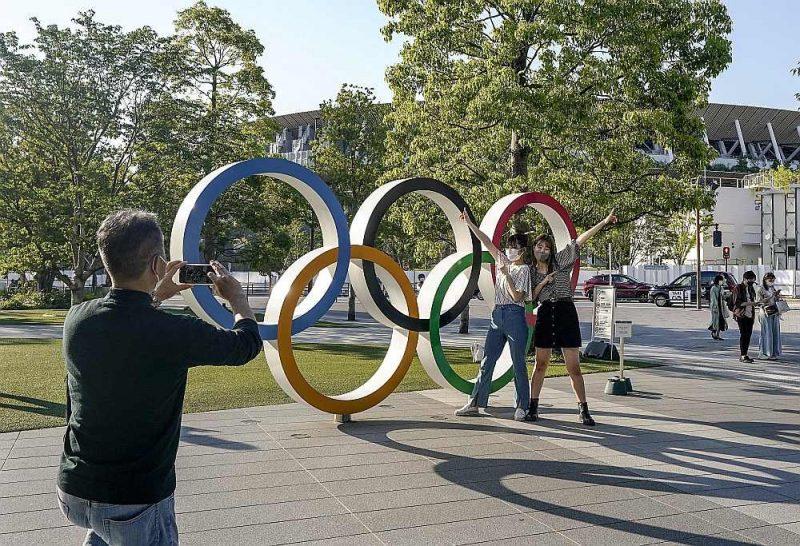 """Šonedēļ Starptautiskās olimpiskās komitejas sesijas delegāti nobalsoja par olimpiskā moto paplašināšanu. Turpmāk tas būs """"Ātrāk, augstāk, stiprāk – kopā"""" (latīniski – """"Citius, Altius, Fortius – Communiter"""") līdzšinējā """"Ātrāk, augstāk, stiprāk"""" vietā. Attēlā: olimpiskie apļi pie stadiona Tokijā."""
