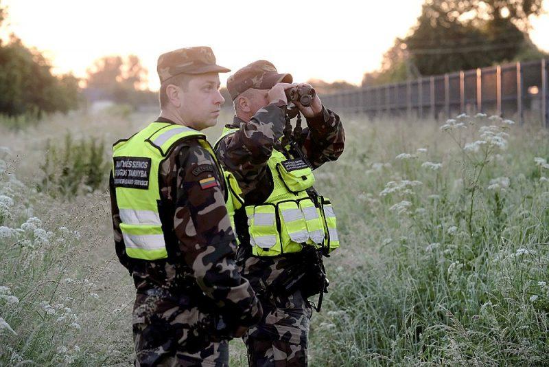 Lietuvas robežsargi Gintars Dicevičus un Toms Tracevičus vēro Lietuvas–Baltkrievijas robežu.
