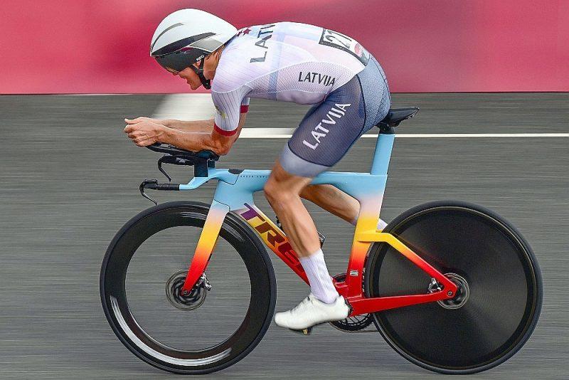 Toms Skujiņš Tokijas olimpisko spēļu individuālajā braucienā.